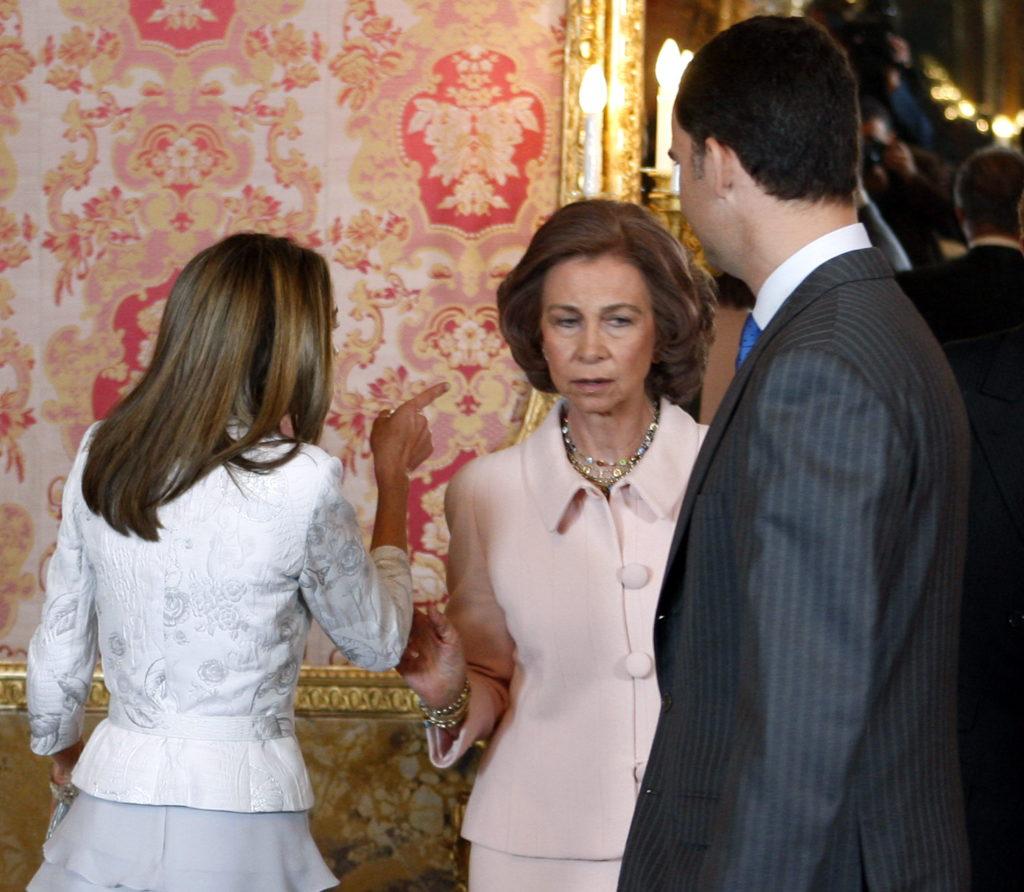 Letizia señala airosa a su suegra y madre de Felipe VI en su presencia.