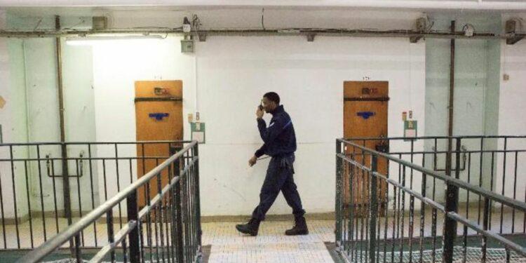 Exito de Francia con el confinamiento de presos en sus domicilios, algo a lo que se niega España